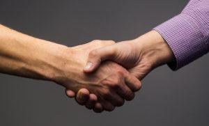 Рукопожатие возле сделки